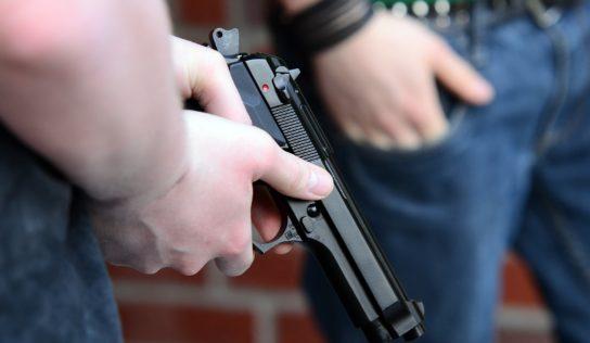 Suseda otravoval hlasnou hudbou so zbraňou za opaskom
