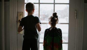Deti môžu lákať podvodníkov. Obzvlášť, ak sú doma samy