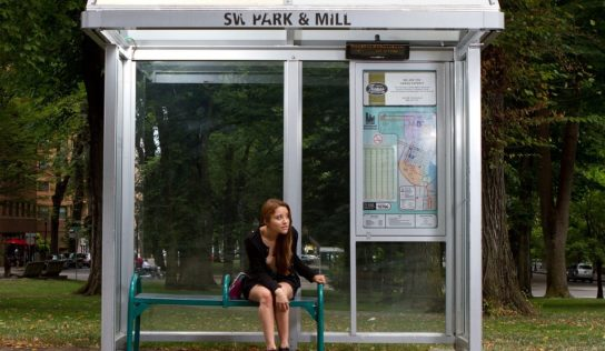 36-ročná žena z Nitry čakala na autobusovej zástavke v podguráženom stave. Prítomná bola jej dcéra i mama