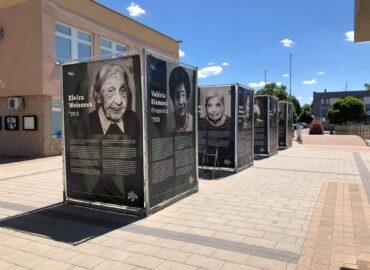 Čerešňové námestie vo Vrábľoch zaplnila putovná výstava o silných osudoch 2. svetovej vojny