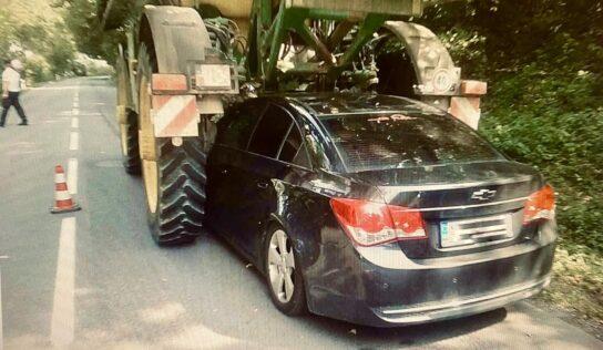 Pracovný stroj nacúval do osobného vozidla a vodiča v ňom zablokoval