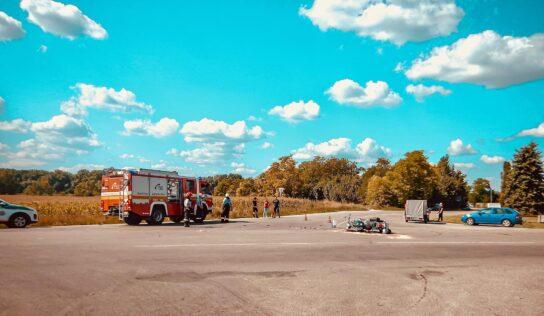 Dopravná nehoda osobného auta a motocykla: Dve osoby utrpeli ťažké zranenia