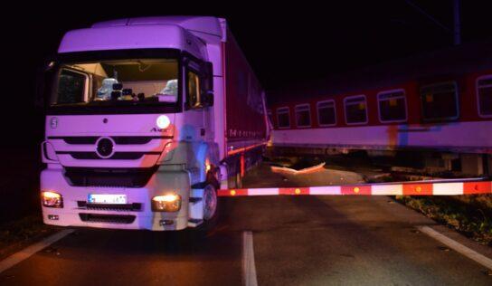 Vodič zodpovedný za zrážku vlaku a nákladného auta sa postaví pred súd